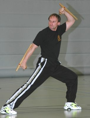 Jürgen Mayer beim Tonfa-Kata-Training